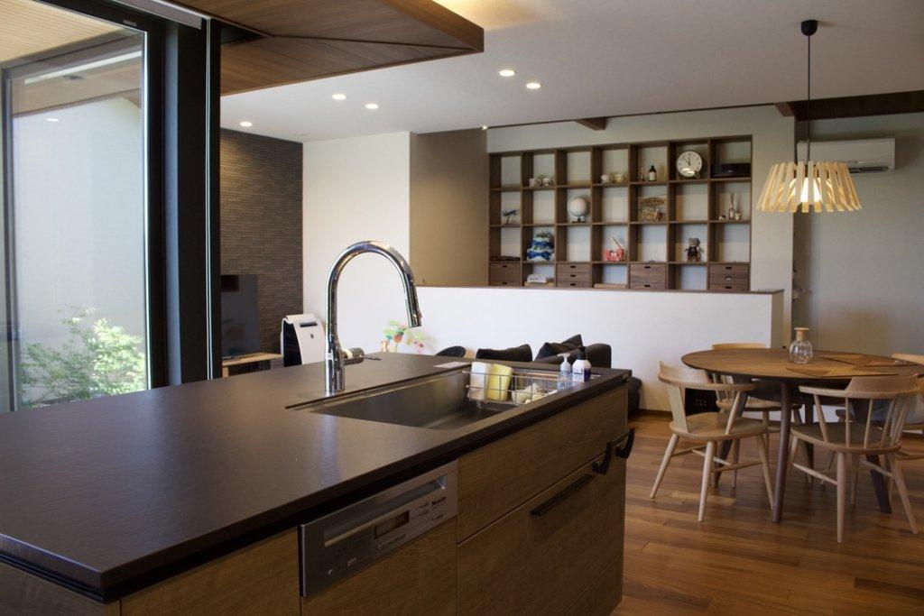 住友林業のコの字型平家:キッチンからの眺め